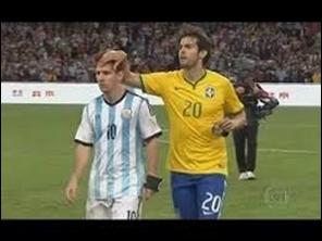 Kaká corre a saludar a un Messi ofuscado por la derrota y haber fallado un penal