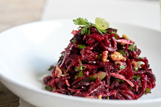 Red beet Salad with wallnuts and grapes (1 von 1)