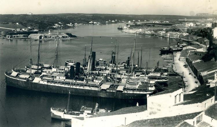 Entre otros ilustres, el LEON XIII y el P. DE SATRUSTEGUI, listos para desguace. Puerto de Mahon. Años 30. Postal.jpg