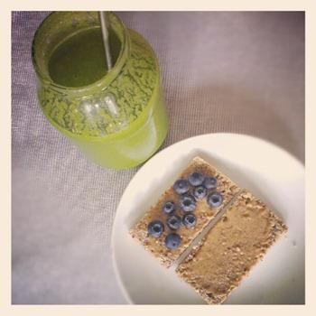3 Snacktime - Smoothie und GF-Brot mit Nussbutter und Heidelbeeren