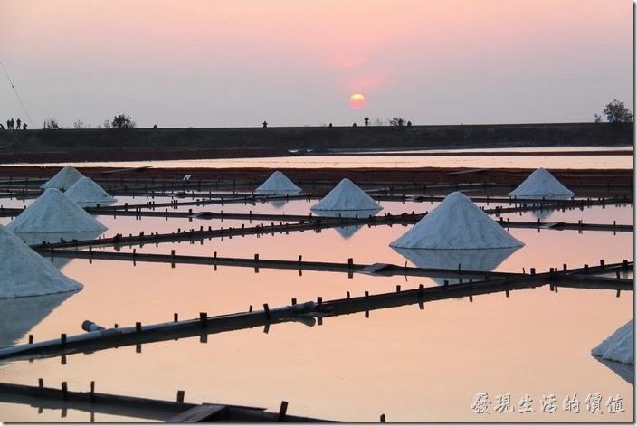台南-2013井仔腳瓦盤送夕陽。倒是這張太陽下山前的照片比較有感覺。