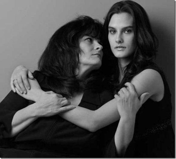 models-pose-moms-25