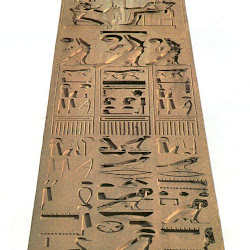 60 - Obelisco del templo de Luxor con historias de Ramses II