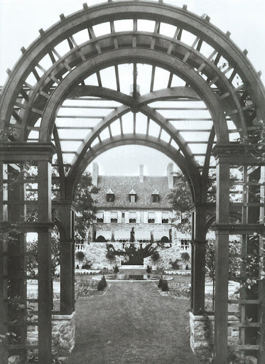 Again in Lake Forest, IL, this view of the garden facade reveals the work of Innocenti & Webel for the Estate of Noble B. Judah.  Just this sneak peek of this spread is enough to make my heart soar!