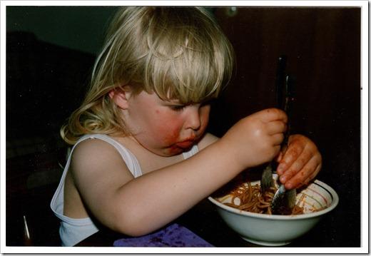 1991_Romy mit Kampf mit Nudeln