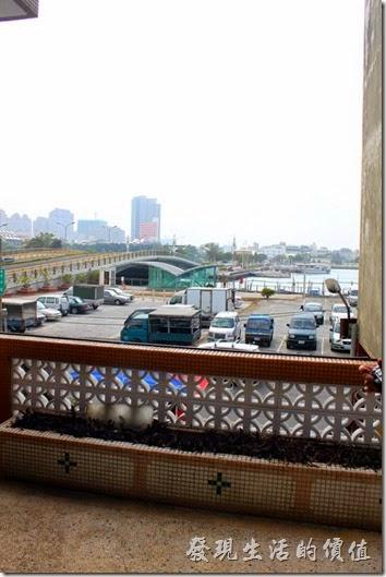 台南安平-運河路7號-創意市集 民宿。二樓出去有個陽台,應該可以曬衣服也可以看到「安億橋」。