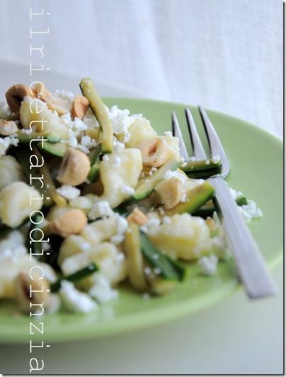 gnocchi con zucchine, feta e nocciole