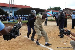 Simulation d'une arrestation par la police à Kisangani, décembre 2010.