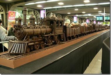 World's Longest Chocolate Train 「チョコレートで造られた世界最長の構造物」としてギネスブックに認定された