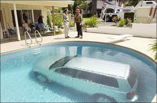 Car_In_Swiming_Pool_02