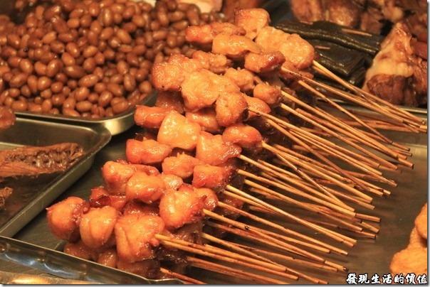 台南,上好烤魯味(滷味),肥美得雞屁股是我的最愛,因為已經滷過了,所以有點膨脹,看不太出來是雞屁股。