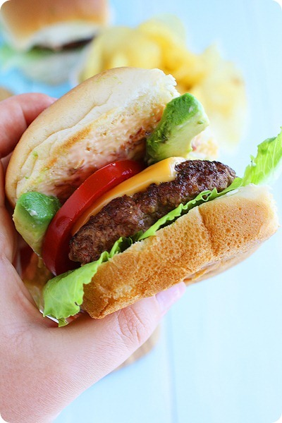 Beef Sliders with Avocado and Chipotle Mayo – For weekend parties and weeknight meals, try these fun & easy sliders with chipotle mayo! | thecomfortofcooking.com