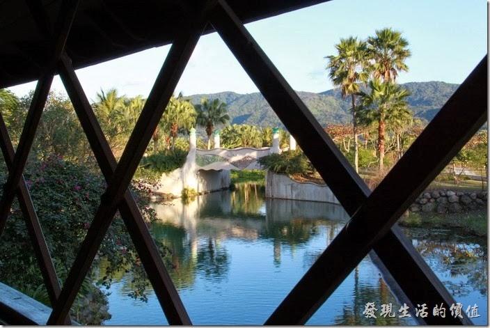 花蓮-理想大地渡假村。這是橫跨於大島與本島間的「情人橋」由內向外拍攝的畫面,情人橋為模仿電影麥狄遜之橋的那座木橋建造。
