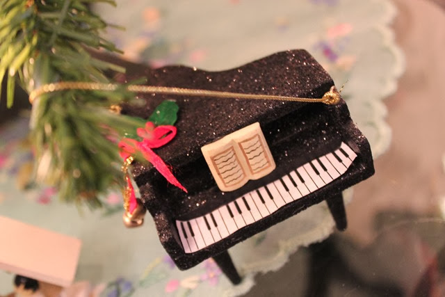 christmas-piano-ornament