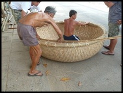 Vietnam, Phan Thiet, Making a coracle, 24 August 2012 (1)