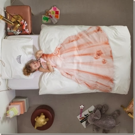 cool-princess-and-astronaut-dress-up-bedding-from-snurk-1-524x524