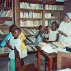 Les enfants de Boundji découvrent le livre sous l'oeil de la.jpg