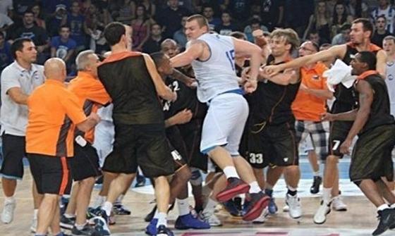 "Драка баскетболистов «МЗТ (Скопье) – ""Черкасские Мавпы» (Черкассы)"