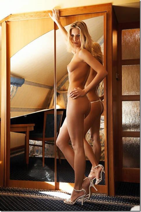 Peladinha Em Frente Ao Espelho Gata Pelada Mulheres Nuas Gostosas