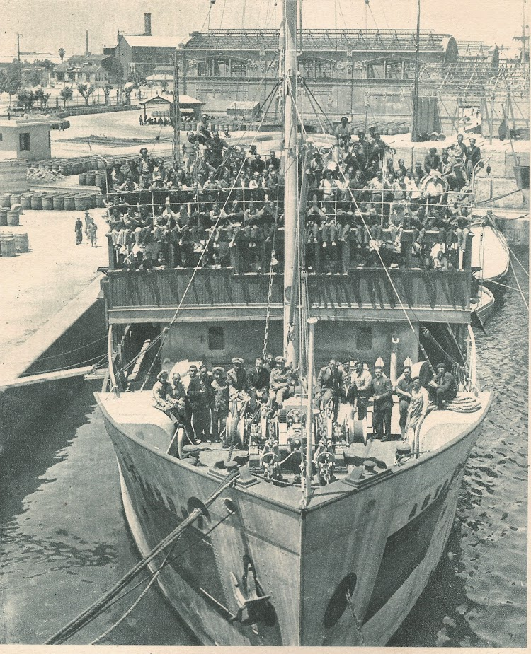 Tripulación y miembros de la Comisión a bordo del ARTABRO. Comisión de la Armada para Salvamento de Buques del año 1941.jpg