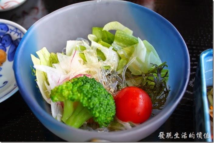 日本北九州-湯布院-彩岳館-早餐。冷盤沙拉,有生菜花椰菜、聖女番茄等。