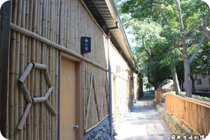 寶來-芳晨溫泉渡假村。湯屋前的景緻,湯屋共有春、夏、秋、冬、梅、蘭、菊、竹等八個房間。