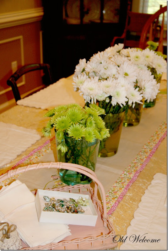 Spring table old welcome pink basket