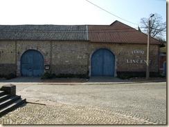 Lijsem (Lincent), rue de l'Ecole: vierkantshoeve (thans feestzalen). Lijsemse steen (tuffeau). Het rechterdeel is in baksteen.