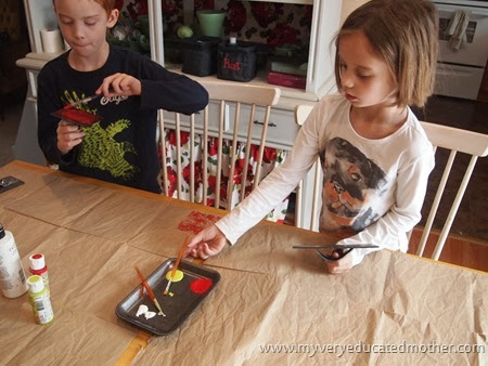2 Loading up the paint on the prints #kidscraft #greencrafting #recylingpaper #DIYwrappingpaper