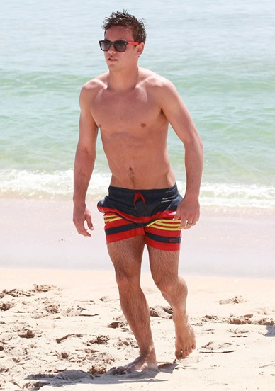 Tom-Daley-Sighting-at-the-Beach-in-Florida-02