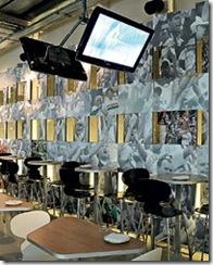 Mesinhas do bar e televisores na parede