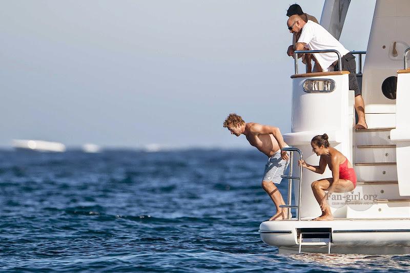 [Fotos] Simon Baker e Família (11.07.2014) 0832