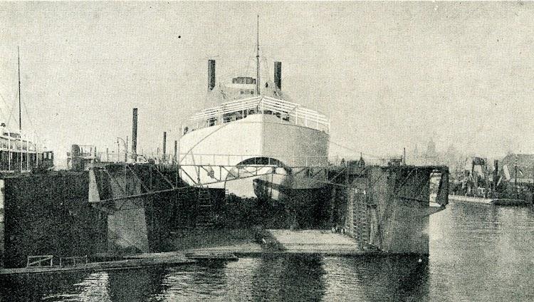 El KANGURO en dique flotante. Se aprecias perfectamente las formas del casco. Foto de la REVISTA IBERICA. Año 1921.JPG