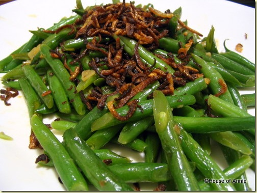 Stir-fried green beans with fried shallots