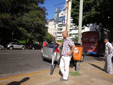 25. Esteban in statia de autobuz.JPG