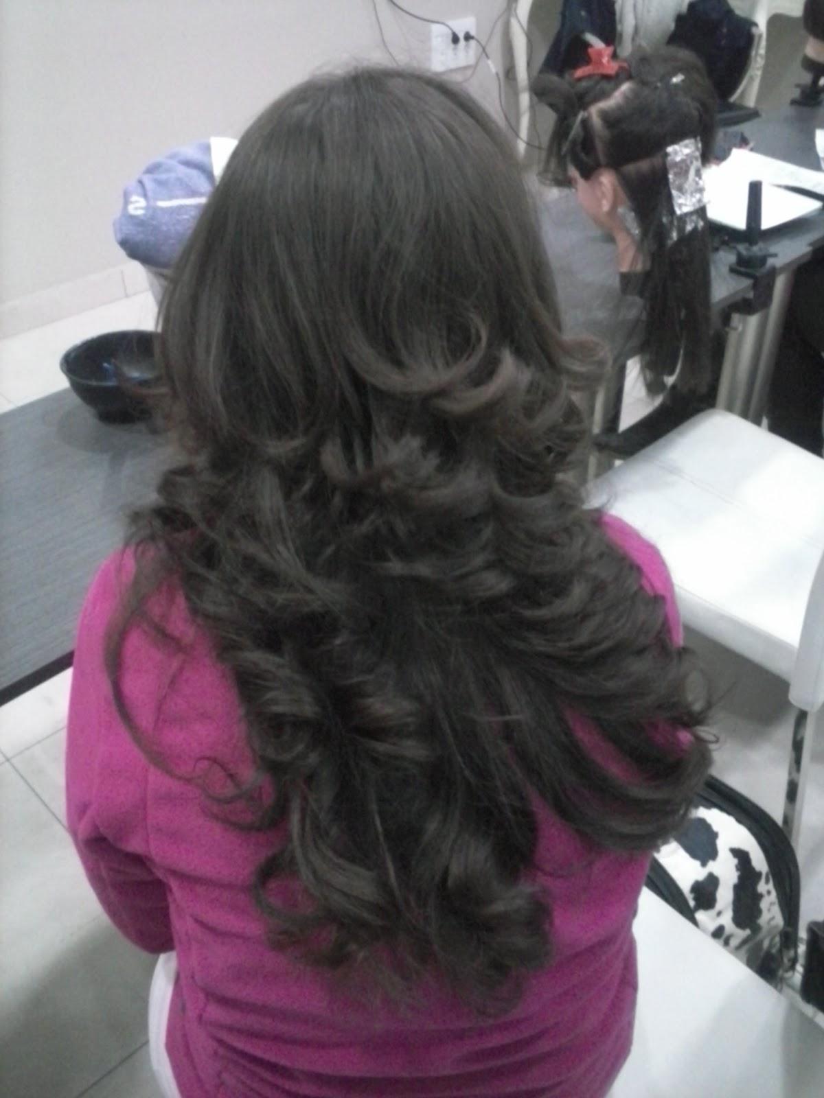 adily peinado con puntas rizadas