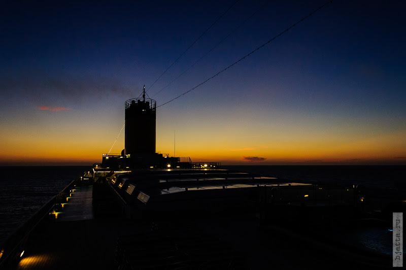 1. Круиз на Costa Concordia. День 7-й. Морской день, из Фуншала в Малагу, через гибралтар. Закат на верхней 13-й палубе.