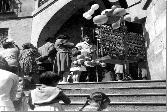 Venta de globos y muequitos en la escalera del Ochavo-Luis Cortes-