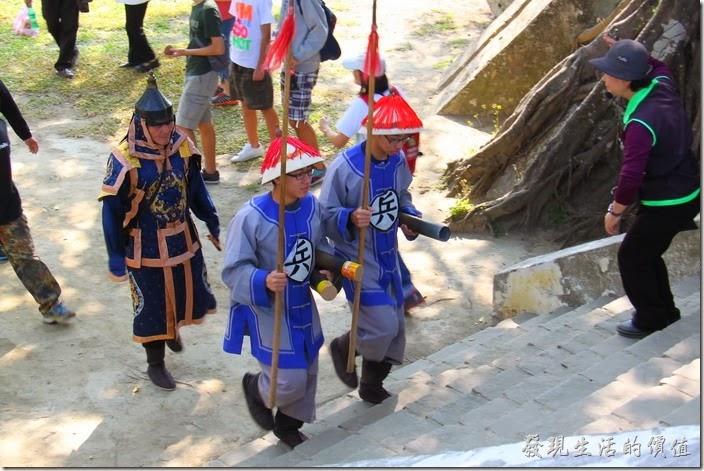 台南-億載金城。穿著古裝的將軍帶領兩位砲兵準備進行「大砲秀」的表演。
