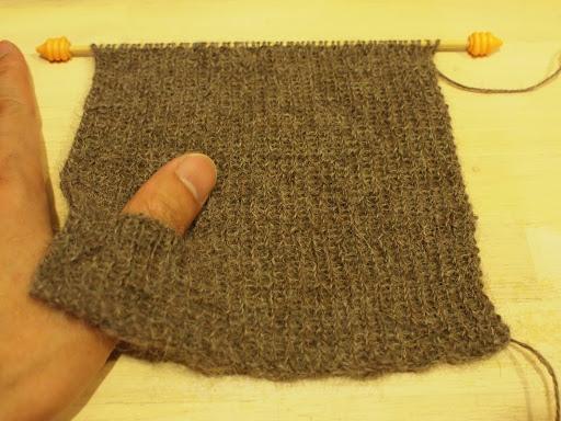 [写真]リストウォーマー編み始め。親指用の穴があけてある