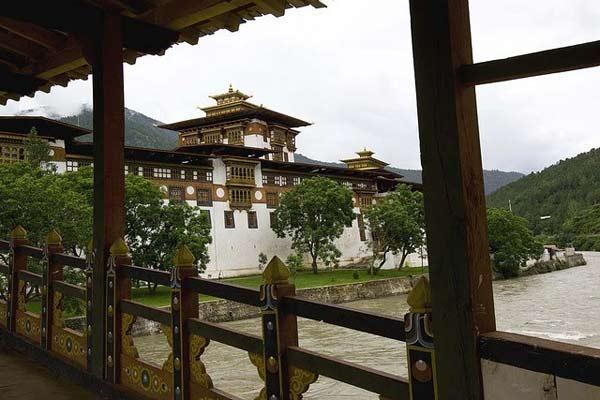 ghe-bhutan-tham-tu-vien-co-xua-huyen-bi (8)
