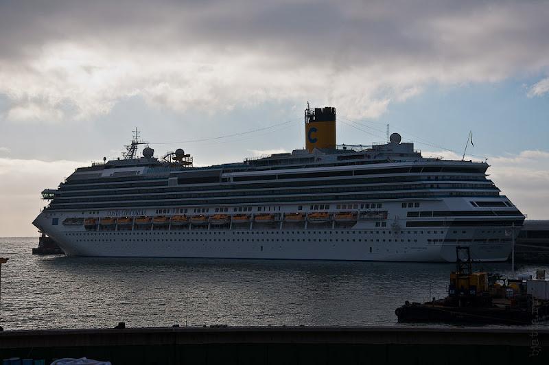 День пятый. Фуншал. Costa Concordia. Мадейра. Круиз. Это мы пешочком прогулялись через порт и любуемся кораблём уже с набережной города.