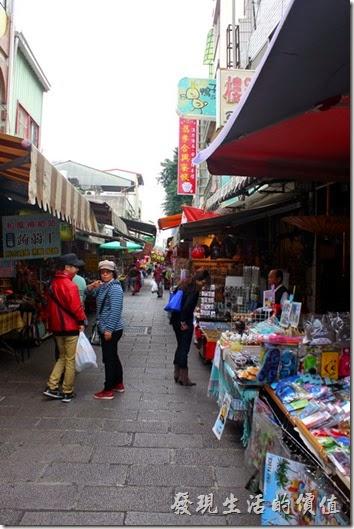 台南市的延平街又名「安平老街」,是觀光客到台南必去的景點之一,又號稱是全台灣第一條具備商業模式的街道,因為這裡是三百多年前荷蘭人在台灣修築的第條道路,所以有『台灣第一街』之稱。