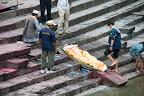Le corp est immergé dans la rivière sacrée Bagmati