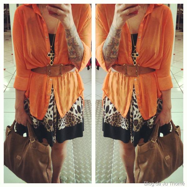 look vestido animal print com camisa laranja e bolsa marron