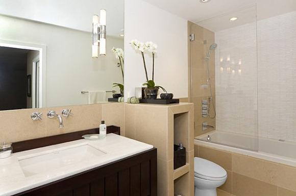 Iluminacion Baño Moderno:En el cuarto de baño siguiente, vemos un aplique que es de vidrio y