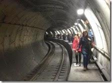 Persone nel tunnel della linea 1