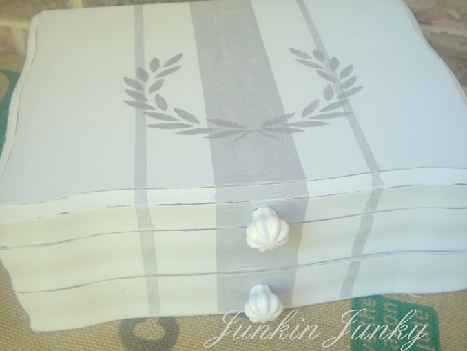 Cutlery chest becomes pretty storage solution at JunkinJunky.blogspot.com