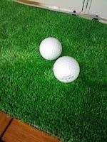 ゴルフボールと人工芝