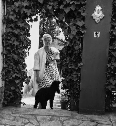 Anita Ekberg all'ingresso della sua casa a Roma, nel 1961